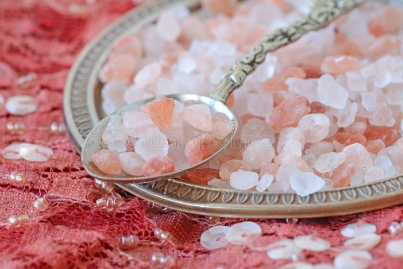Himalayan roze zout op Indisch tapijt stock foto's