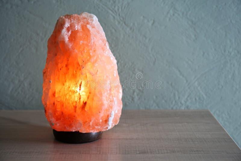Himalayan salt lampa på tabellen royaltyfri foto