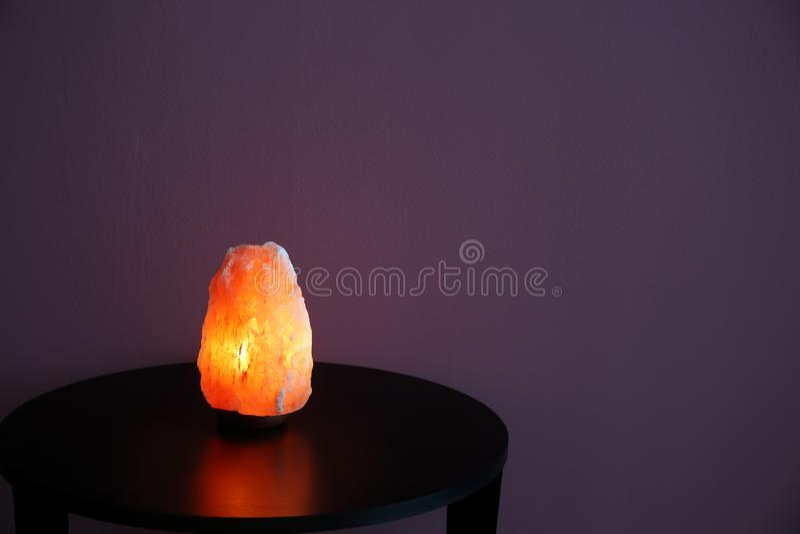 Himalayan salt lampa på tabellen royaltyfria foton