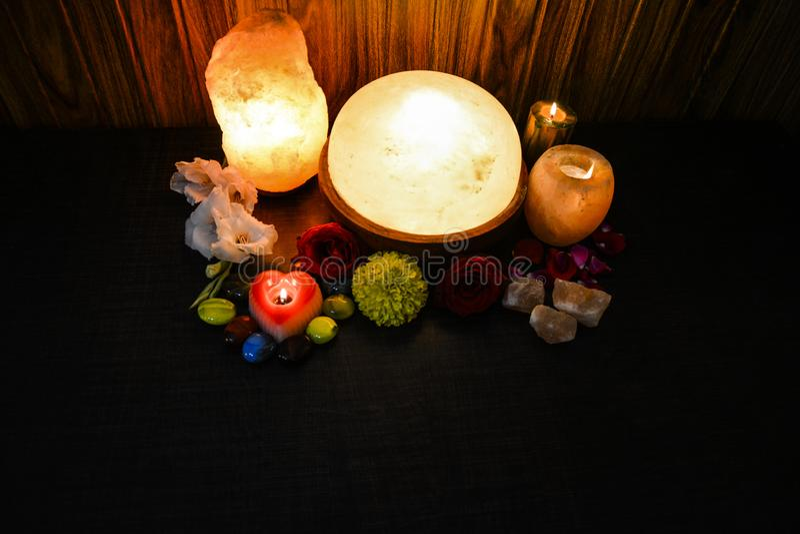 Himalayan salta lampor | Naturlig, stearinljushållare & fot Detoxer arkivfoton