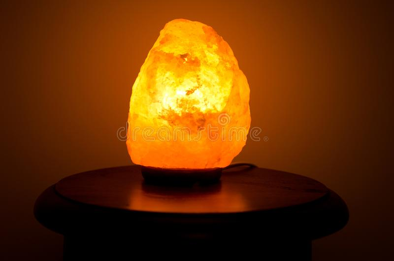 Himalayan zoute lamp royalty-vrije stock afbeelding