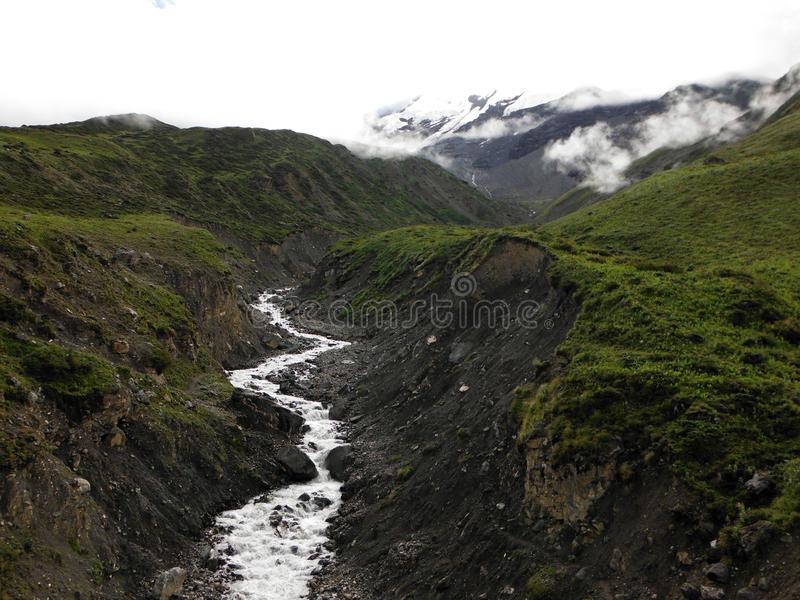 Himalayanrivier met Gletsjer stock foto's