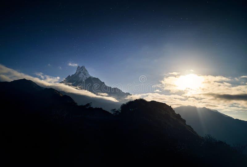 Himalayas no céu estrelado da noite fotos de stock