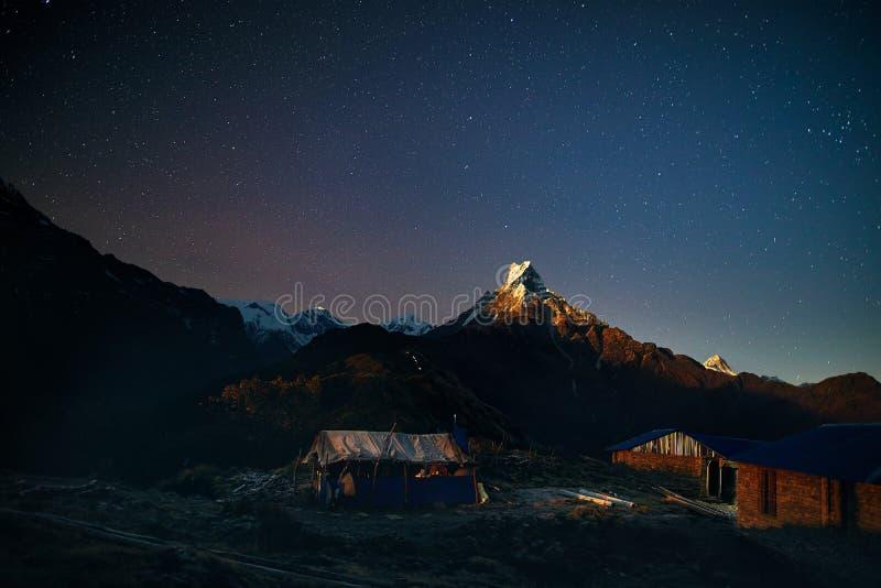 Himalayas no céu noturno com estrelas fotografia de stock