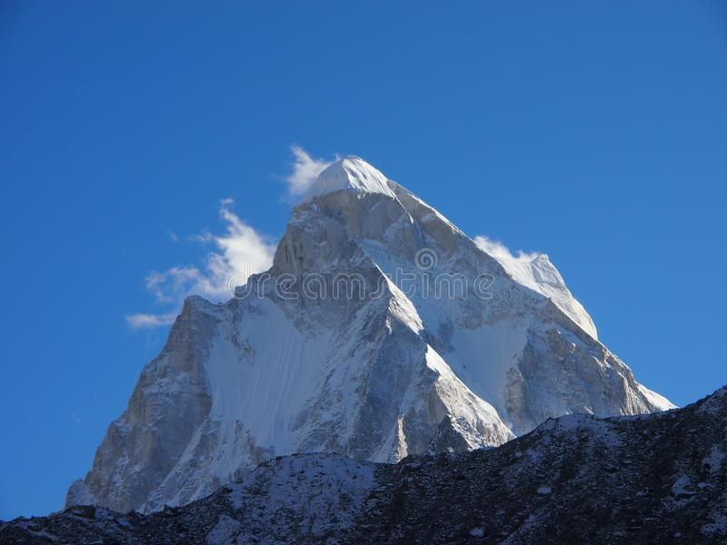 Himalayas sacrais Pico de Shivling foto de stock