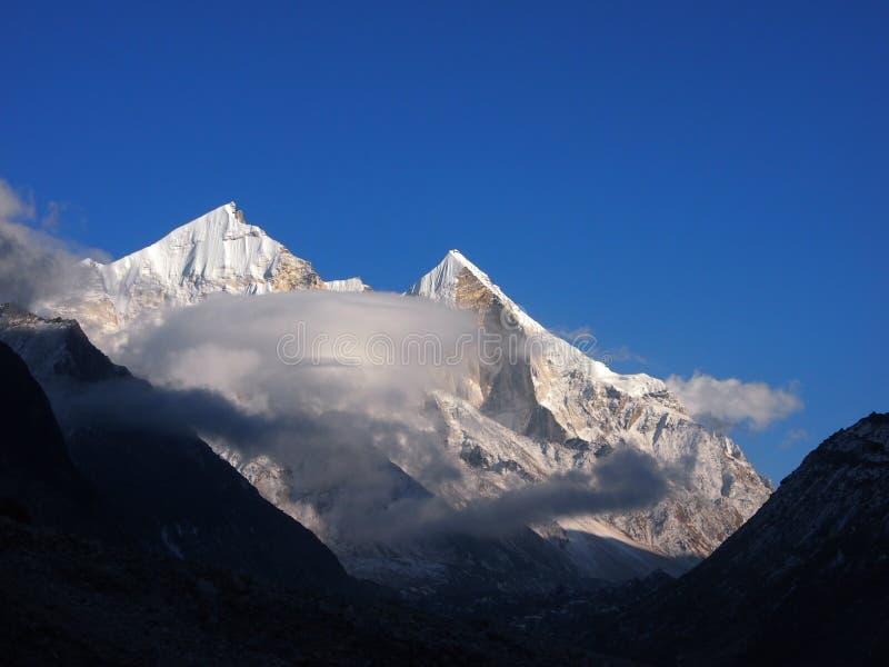 Himalayas sacrais Picos de Bhagirathi III foto de stock