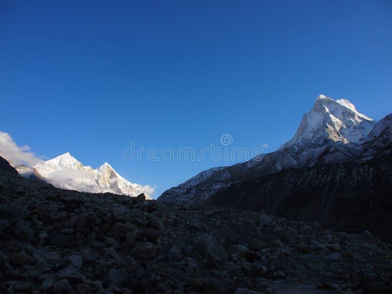 Himalayas sacrais Picos de Bhagirathi III fotografia de stock