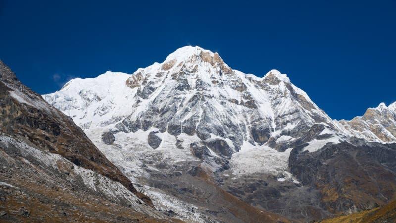 Himalayasberglandskap i den Annapurna regionen Annapurna maximum i det Himalaya området, Nepal Annapurna baslägertrek snöig royaltyfria bilder