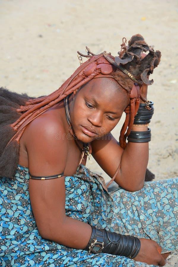 从Himba部落的未认出的妇女 免版税库存照片