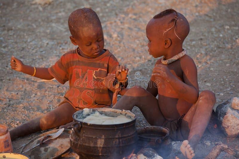 Himba dzieci jeść obrazy royalty free