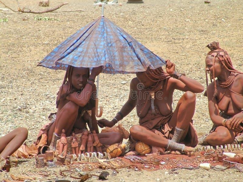 Himba Mulheres africanas nativas que trocam artesanatos e lembranças imagem de stock royalty free