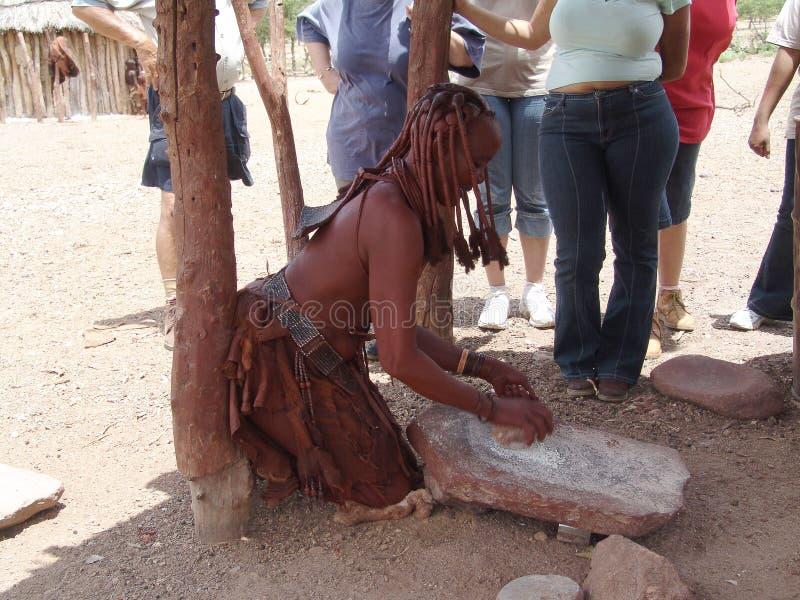 Himba Peolple africano natale Prepari un certo alimento immagini stock libere da diritti