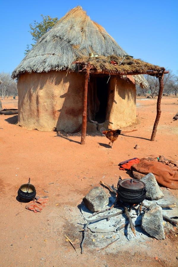 Himba-Stammdorf lizenzfreies stockfoto