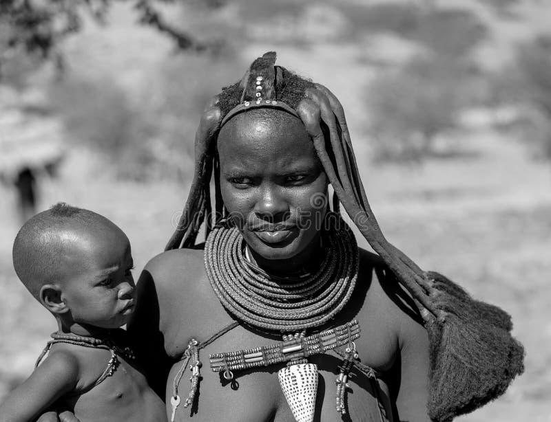 Himba stammendorp en mensen in Namibië stock afbeelding