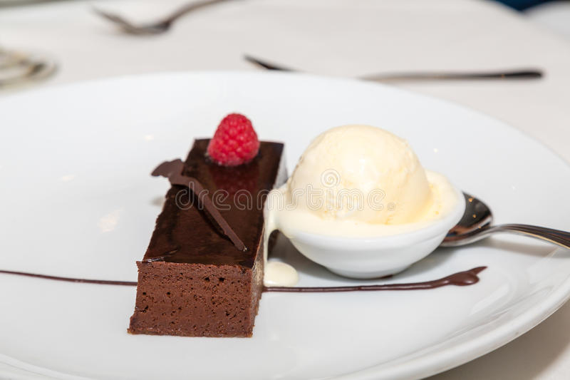 Himbeere auf Schokoladen-Kuchen mit Vanilleeis lizenzfreie stockfotos