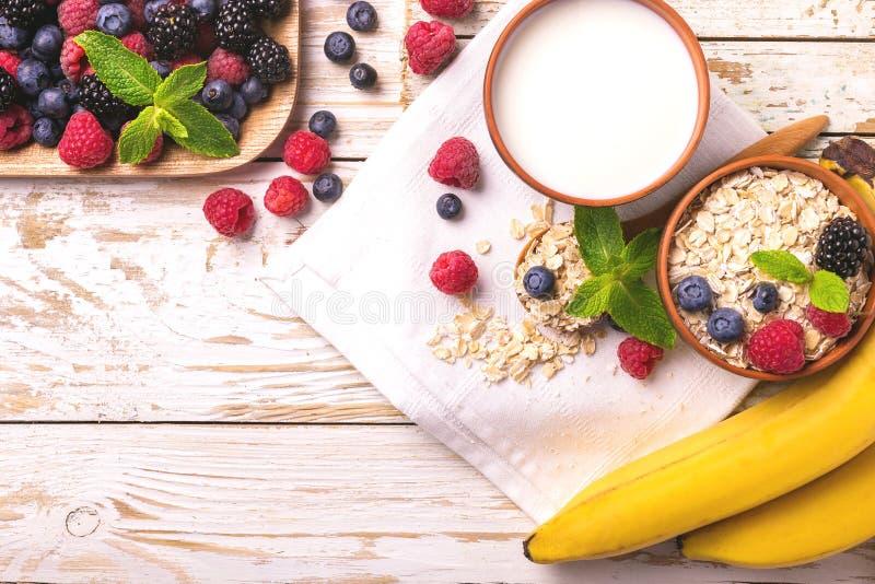 Himbeere, Brombeere und Blaubeere, Hafermehlfrühstück mit Milch stockfotos