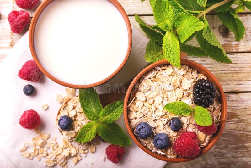 Himbeere, Brombeere und Blaubeere, Hafermehlfrühstück mit Milch stockfotografie