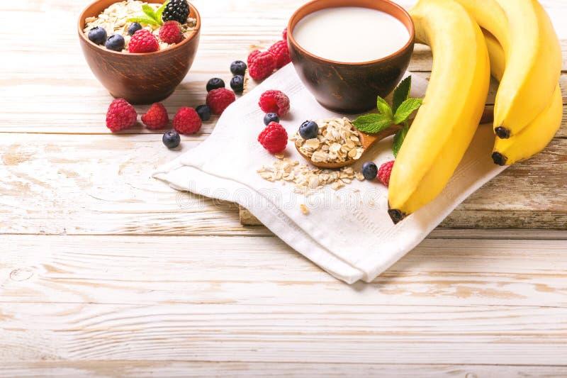 Himbeere, Brombeere und Blaubeere, Hafermehlfrühstück mit Milch lizenzfreie stockbilder