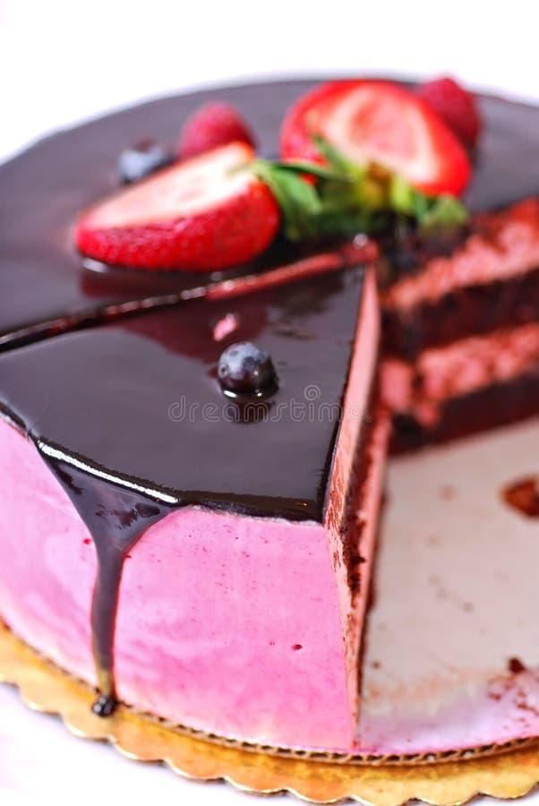 Himbeere-Creme-Schokoladen-Kuchen lizenzfreies stockfoto