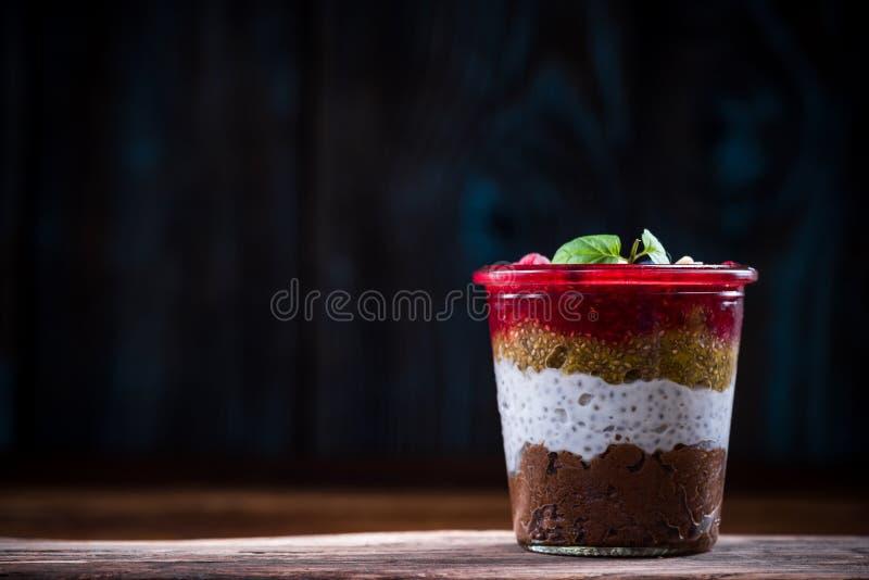 Himbeere und chia Nachtisch überlagert im Glas stockfotografie