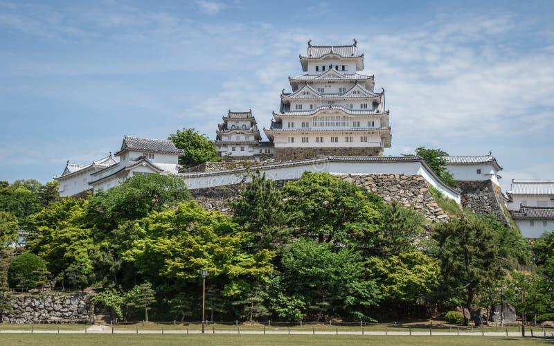 Himeji kasztel z parkiem na jasnym, słoneczny dzień z wiele zieleń Himeji, Hyogo, Japonia, Azja obraz stock