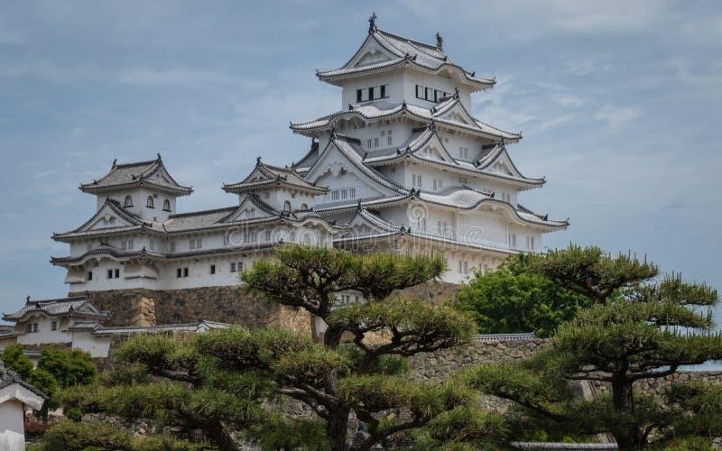 Himeji Roszuje kompleks na jasnym, słoneczny dzień wśrodku zielonego krajobrazu Himeji, Hyogo, Japonia, Azja zdjęcia royalty free