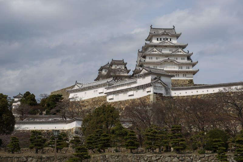 Himeji slott och många lager av stenväggar som ses från avlägset, Kansai, Japan royaltyfria bilder