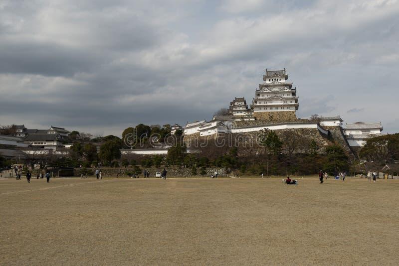 Himeji slott och många lager av stenväggar som ses från avlägset, Kansai, Japan arkivfoton
