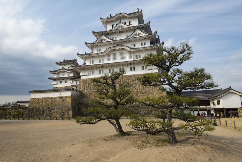 Himeji slotttorn med bonsaiträd, Kansai, Japan arkivfoton