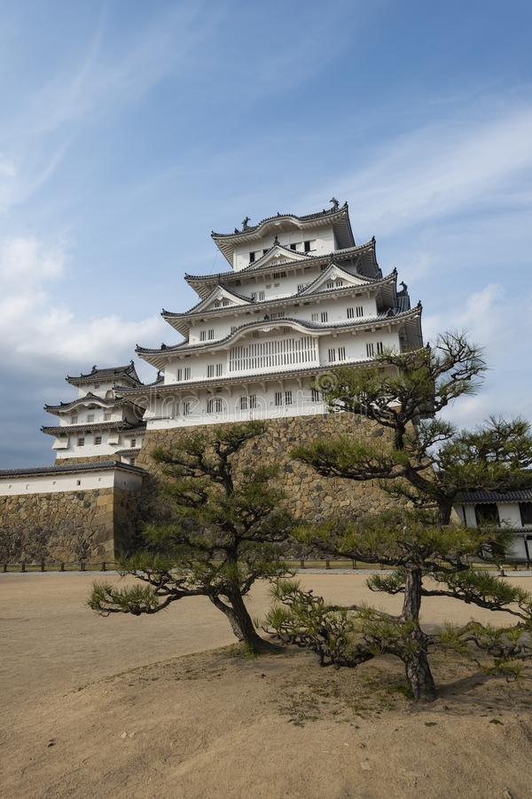 Himeji slotttorn med bonsaiträd, Kansai, Japan arkivbild