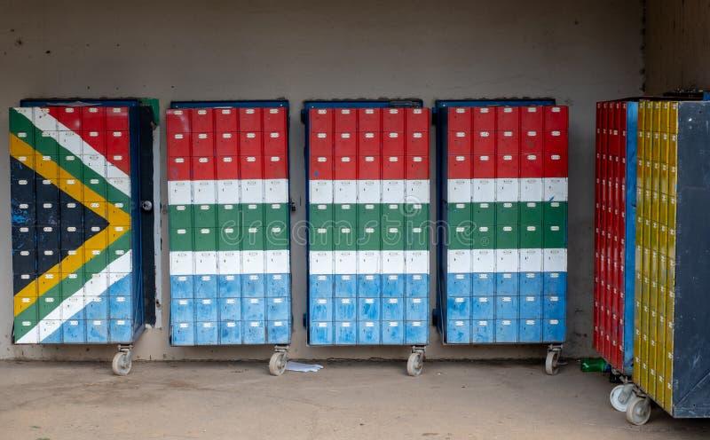Himeville den mini- gallerian med brevlådor som målas i färgerna av söderna - afrikansk flagga arkivfoto