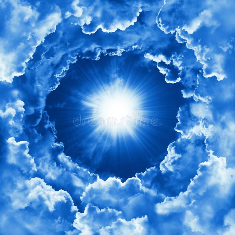 Himla- bakgrund med dramatiska moln Religionbegrepp av gudomlig glänsande himmel, ljus Himmel med det härliga molnet och solsken stock illustrationer
