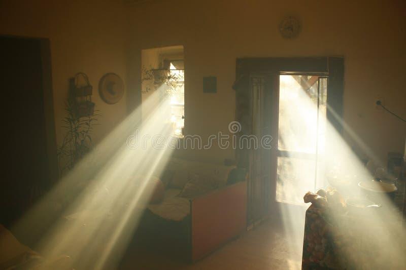 Himla- ljus i ett dunkelt gammalt hus royaltyfria bilder