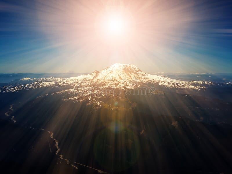 Himla- strålar av solljus ovanför bergmaximum royaltyfria foton