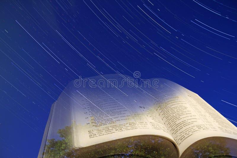 Himlarna förklarar härligheten av guden royaltyfri foto