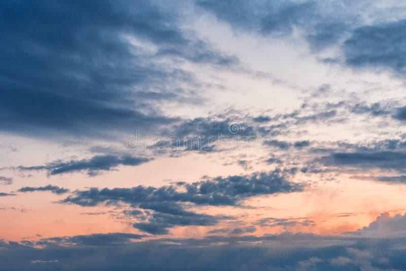 Himlen äger rum på solnedgångtid clouds solnedgång royaltyfria bilder