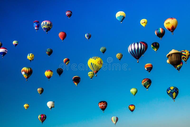 Himlen är vid liv med ballonger royaltyfria bilder