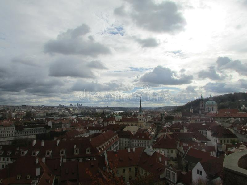 Himlen över Prague, Tjeckien Röda belade med tegel tak som är typiska av medeltida europeiska städer royaltyfria bilder