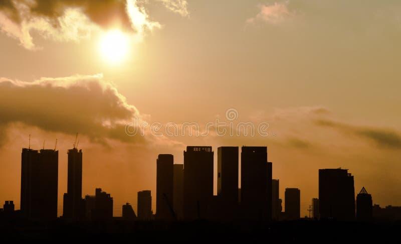 Himlen för konturbyggnadssunset&sunlight∨ange arkivfoto