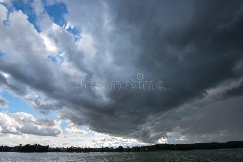 Download Himlen Förbereder Sig För Stormen Fotografering för Bildbyråer - Bild av lake, partiklar: 78726953