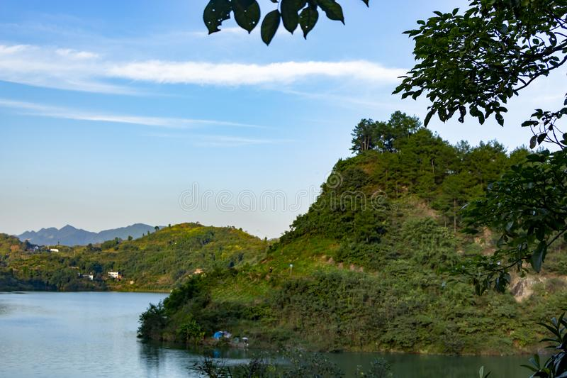 Himlen flyter mellan berg och floder med vackra vita moln royaltyfria bilder