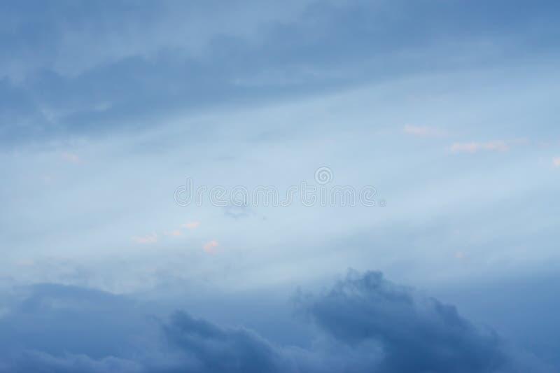 Himlen med blåa moln, aftonsolen royaltyfria bilder