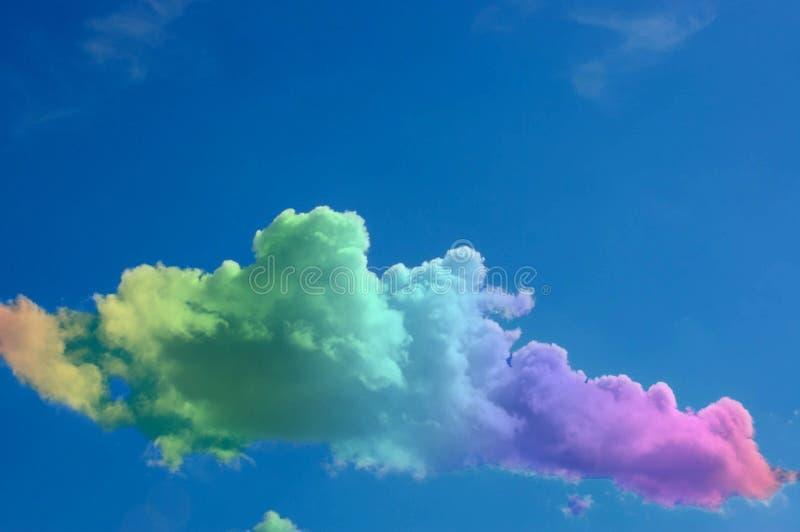 Himlen och molnen i färgen av regnbågen arkivbilder