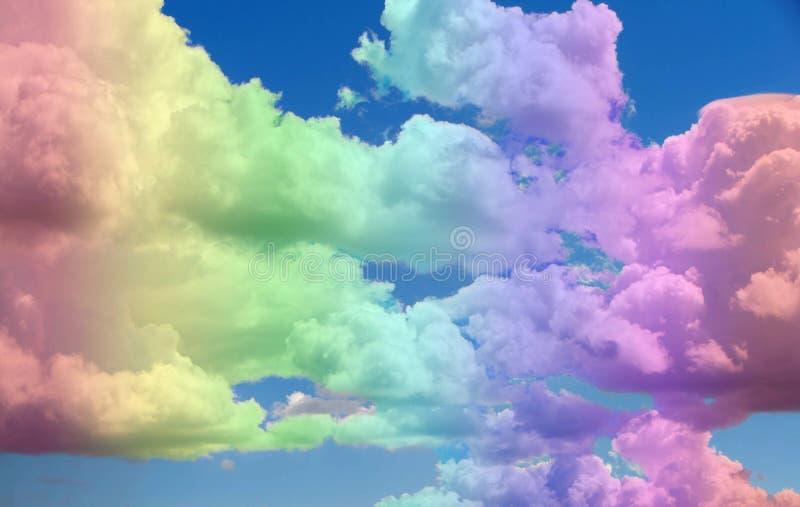Himlen och molnen i färgen av regnbågen royaltyfria foton