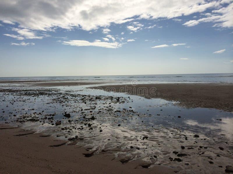 Himlen och stranden i morgonen royaltyfria foton