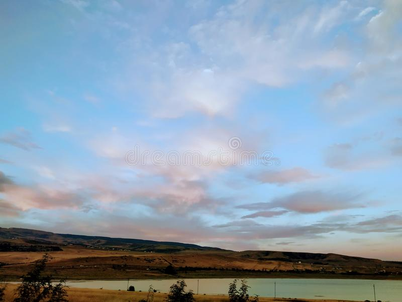 Himlen var en rosa färg i tbilisi arkivbilder