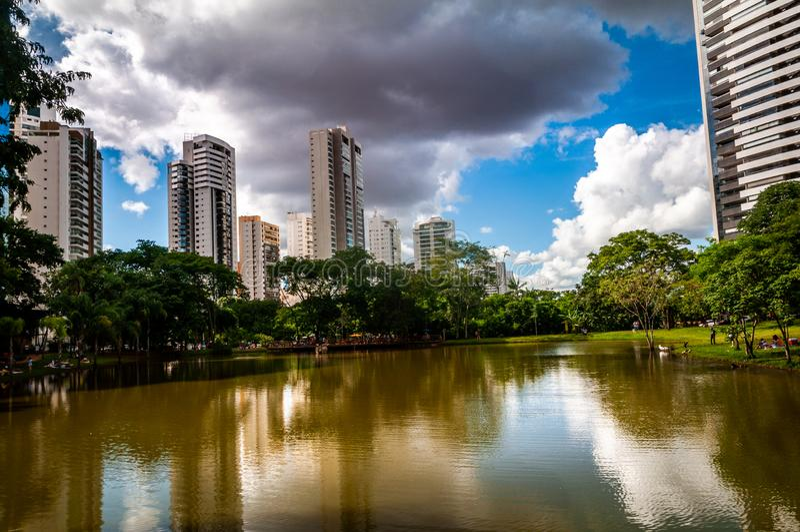 Himmel över central stad parkerar arkivbilder