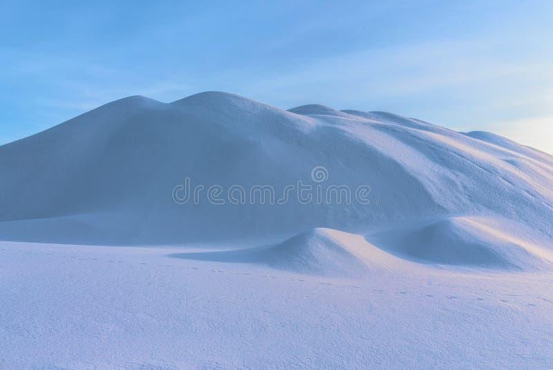 Himmel över dyn för en snööken i Krivoy Rog, Ukraina royaltyfri bild