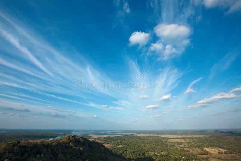 Himmel über kleinen Bergen lizenzfreie stockfotos