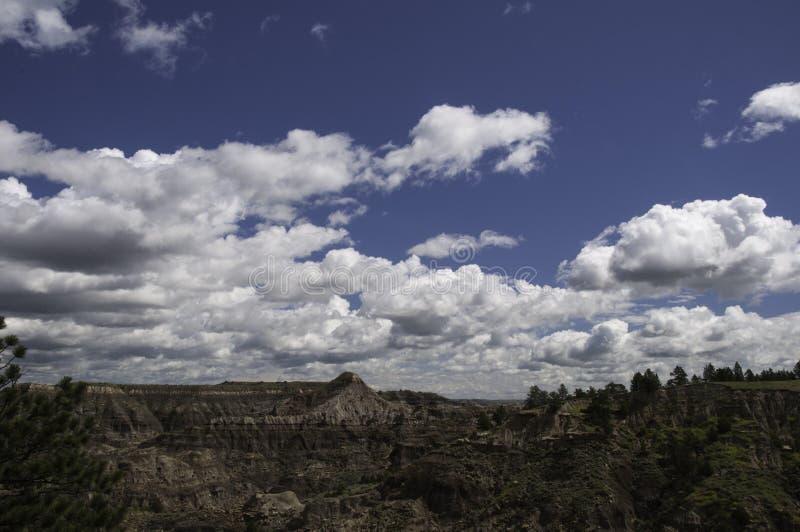 Himmel über Makoshika-Nationalpark Montana stockbilder